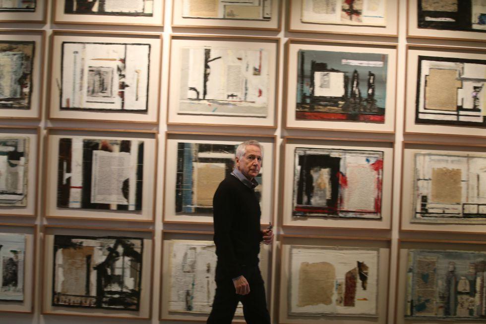 El artista sudafricano Peter Sacks junto a sus cuadros sobre 'El proceso' de Kafka, en la galería Ivorypress de Madrid / ULY MARTÍN